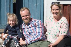 Familjen Melissa, Marcus och Josefine Wallén bor på Mats Persgården där de bedriver ett Bed & Breakfast. Nu ska de flytta till Josefines hemtrakter och säljer gården. Foto: kickifotograf.se