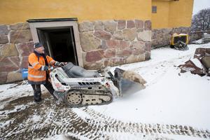 Björn Olsson, PP Såg och Borr, kör ut en stor sten som han nyss delat i två delar för att få ut genom dörren.