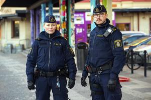 Sundsvalls områdespoliser Emma Hoffman och Mikael Westerlund arbetar brottsförebyggande genom att vara synliga där problemen finns och prata med folk.