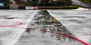 Isen fryser inte som den ska på Västanfors IP och måste nu avlägsnas. Foto: Jörgen Hjerpe/Västanfors IF