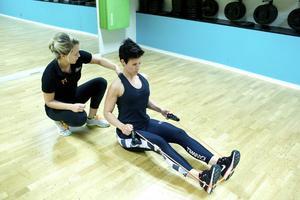 Rodd   Denna övning tränar arm- och ryggmuskulaturen. Sträck på ryggen. Skjut upp bröstet. Sänk skuldrorna och pressa ihop skulderbladen. Dra ett gummiband under fötterna och håll armbågarna i axelhöjd. Dra armarna bakåt. Övningens intensitet kan ökas genom att sitta med fötterna bredare isär.