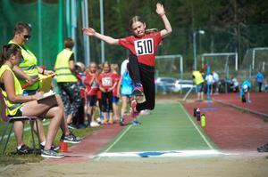 Meyra Andersson hoppar långt.