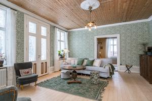 Och efter. Överallt i huset har Sanne och  Nikolai lagt in trärena golv som de såpskurar.  Foto: Carlsson Ring
