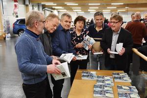 Waldemar Bergstrands söner från vänster: Rune, Einar, Franz, bokens författare Christina Falkengård, samt Lennart och Arne Bergstrand.