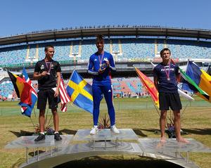 Zion Eriksson vann tidigare i sommar Världsungdomsspelen i Göteborg. Övriga på pallen: Milo Wahlgren och Emil Johansson.