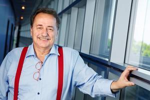 Jens Nilsson (s) som ledarsidan minns honom, med röda hängslen i en korridor i Strasbourg Foto: Fredrik Persson / TT /