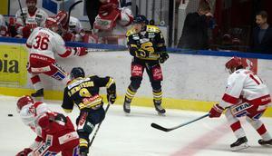 Henriksson är inte särskilt storväxt, men gav sig in i en hel del närkamper med lyckat utfall i sin hockeyallsvenska debut.