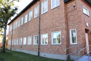 Huset med gymnastiksal och annat byggdes på 1930-talet, några decennier efter Karlaskolans huvudbyggnad.