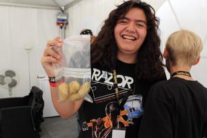 Adrian Hernandez från Three Dead Fingers och en påse potatis. Bild: Sara Hernandez