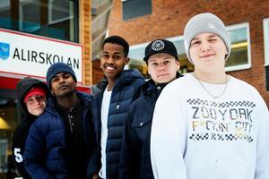 Oskar Nilsson, Jesper Hedström, Mikias Alemaiuk, Abbe Ali och Kevin Johansson är några av de ungdomar som ska arrangera pulkaracet.