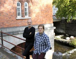 Niklas Hjulström och Jerker Beckman vid turbinhuset.