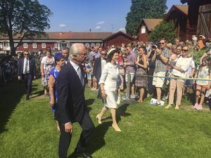 6 juni. Då besökte kungaparet Borlänge och Ludvika och på Gammelgården i Ludvika hade tusentals personer samlats för att få en skymt av de fina gästerna och kanske till och med lyckas ta en bild av kungaparet som här gjorde sitt första officiella besök i Ludvika sedan 1983.
