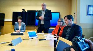 Christer Carlsson (M), till höger, hävdar att regionens politiska ledning inte ligger bakom den tidigarelagda avgången av personaldirektören.