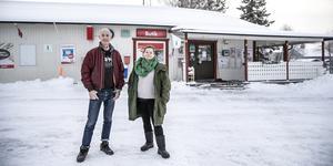 Calle och Barbro Moback har sagt upp sig från sina jobb i Stockholm. Nu ska de prova på livet som Laxsjöbor på heltid.