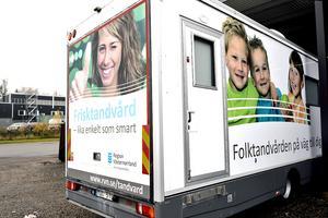 Meningarna går skarpt isär angående vem som bär skulden till att Tandvårdsbussen i Region Västernorrland drabbats av körförbud.
