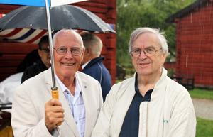Sune Boström stötte ihop med kompisen Sören Fernström och stod och pratade gamla minnen under paraplyet när det spöregnade.