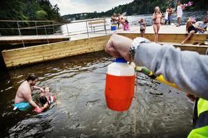 Provtagning av ett badvatten.Bild: Linus Sundahl-Djerf / SvD / TT