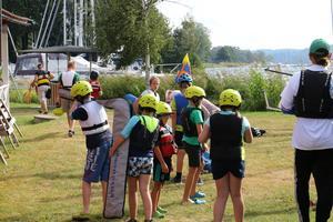 För seglarskolans yngre deltagare är det hjälm som gäller. Allt för att skapa mindre orosmoment för oerfarna seglare. – Vi låter de yngsta bära hjälm för att det inte ska vara rädda för att få bommen i huvudet. Det gör att de kan tänka på själva seglingen, säger Peder Thundander, ledare vid seglarskolan.