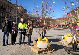 Magnus Ydmark, Alena Repko, Tomas Häggström och Ulrica Sjöberg bredvid dekorationerna i området Oasen där nya Hållplats Stenstan ska ta vid nästa år. Tomas Häggström berättar att äggskalen är gjorda av återvunnet material.
