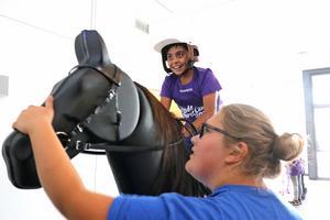 Här testas hästsimulatorn. I sadeln Ali Hajiyer och intill honom instruktören Kajsa Johansson.
