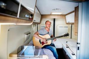 På kvällarna plockar Erik Dahlberg gärna fram gitarren.