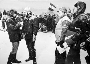 Älvräddaren Stig Nilsson, från Kälom, intervjuas i radion. Det är mars 1984 och vårdkasar har tänts vid Långans strand. ÖP arkiv.