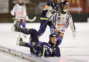 Tellus Stig Fischer faller under elitseriemötet med Villa Lidköping i februari. Bild: TT Nyhetsbyrån.