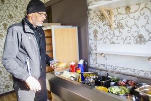 Mats Erik Persson plockar av salladsbuffén.