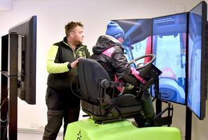 Eleven Mimmi Andersson övar vid simulatorn under överinseende av läraren Ulf Persson. Foto: Jeanett Rousu
