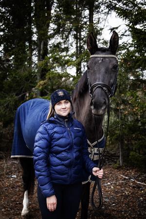 Ellen Lunneborg tillsammans med Luna.
