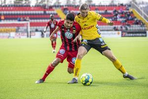Hosam Aiesh i kamp med Pawel Cibicki i matchen mellan ÖFK och Elfsborg. Foto: Per Danielsson / TT