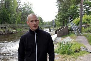 Jan-Olov Olsson på Älvkarleby sportfiske. Bakom honom syns mynningen från vilken lax- och havsöringsmolten släpps ut i Dalälven.