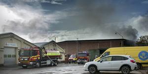 Branden startade i en ugn där man torkar industrilackerade föremål hos företaget Top Coat. De ligger vägg i vägg med Sundsvallslacken.
