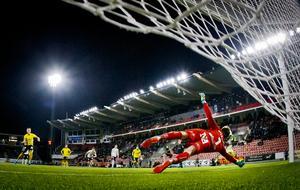 Oscar Jansson räddade Elfsborgs första straff. När Stefan Ishizaki stegade fram med endast minuter kvar fick ÖSK-målvakten däremot se sig passerad. Foto: Johan Bernström