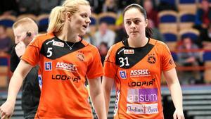 Lagkaptenen Elin Björkman gjorde tre mål borta mot Iksu. Linnéa Nilsson (till höger) levererade ett mål och två assist.