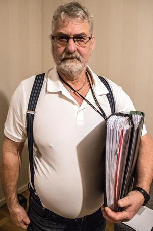 """""""Det här är rena karusellen"""" säger Mats Stefansson som är upprörd över att Adisa nyligen fått lov att betala 2170 kronor för ett  läkarbesök, trots att han betalat skatt i fyra år. I pärmarna har han samlat alla papper som rör Adisas ärende."""