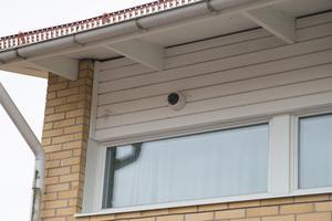 Lina grundskola har ett antal övervakningskameror på vissa fasader, men utsätts ändå för skadegörelse.