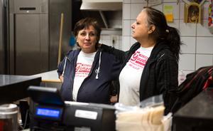 Systrarna Sonia och Amale Yandem hamnade mitt i händelsernas centrum, då det började det brinna vid ugnen där de stod och bakade pizzor.