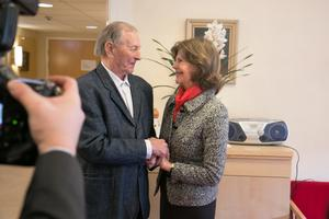Robert Sving och drottning Silvia fann varandra och stod och småpratade.