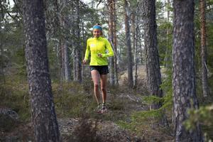 I skogen trivs Johanna Åström bäst på lite mindre stigar när hon ska ut och springa.