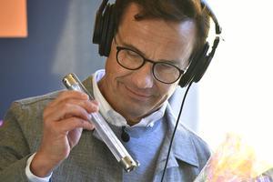 Moderaternas partiledare Ulf Kristersson (M) studerar en termometer när han intervjuas under politikerveckan i Almedalen.Foto: Vilhelm Stokstad / TT