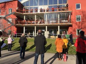 De boende på Kanalgården överraskades med körsång. Foto: Privat