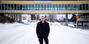 Nu har läraren Roger Franzén Nilsson tröttnat på trafikläget vid Parkskolan.