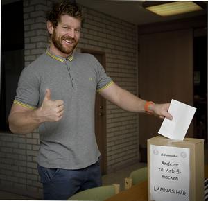 Chris Whitehead gör tummen upp för en mack i Arbrå och tecknar sig för två andelar.