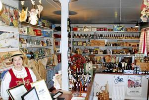 Carina bakom disken i den kombinerade butiken och muséet.