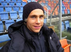 Pontus Engblom trivs med sitt nya liv i Solna, men saknar så klart föräldrarna och kompisarna hemma i Sundsvall.