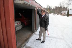 Uddo Edman och många andra boende på Falkgränd är trötta på inbrotten i garagen.