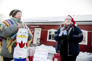 Mamma Maritta Laihajärvi serverade glögg medan dottern Rebecca Jansson krängde lotter till förmån för