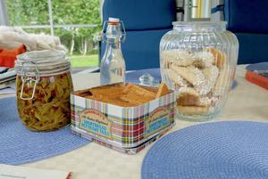 Ett bord hemma hos Laila Westling: Inlagda granskott, granskottsirap,  sirapssnitt och mandelkubb.