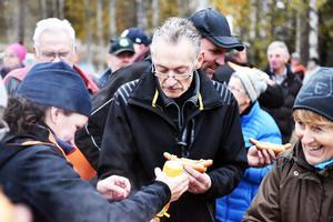 Många i Venjan kom ned till båthuset för att se när S/S Tomten kom hem igen.